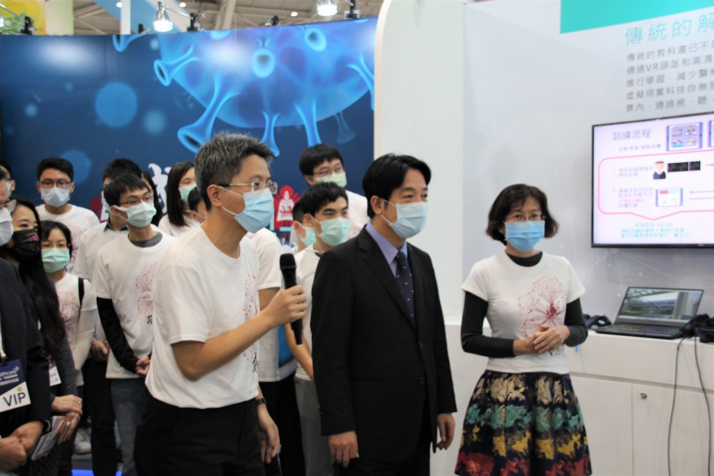 Taiwan's Vice President Lai Ching-te (middle) visitsNCKUH'sbooth