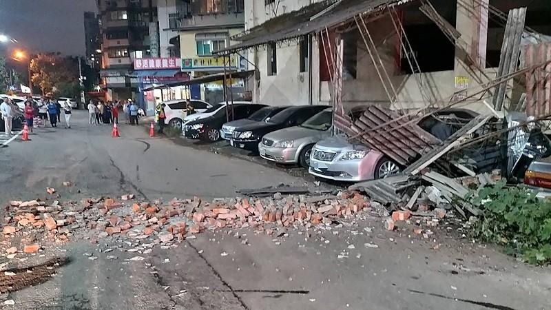 新竹市建中一路23巷一處廢棄大樓外,因10日晚間9時19分芮氏規模6.7的地震導致鷹架倒塌、磚塊掉落,停在建築物旁的多部汽車、機車遭殃。...