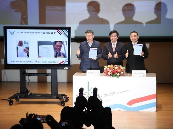 Taipei Mayor Ko Wen-je (center) and New Taipei Mayor Hou Yu-ih (right).