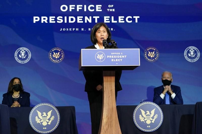 戴琪(中) 11日自我介紹時, 美國總統當選人拜登 (後右) 與副總統當選人賀錦麗 (後左) ,都專心聆聽 (美聯社)