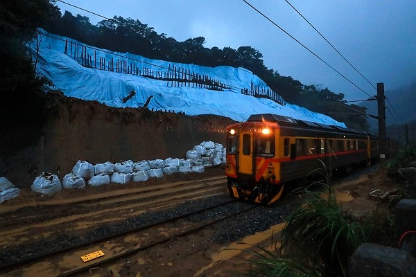 Railway line between Ruifang and Houtong stations welcomes first train since landslide incident.