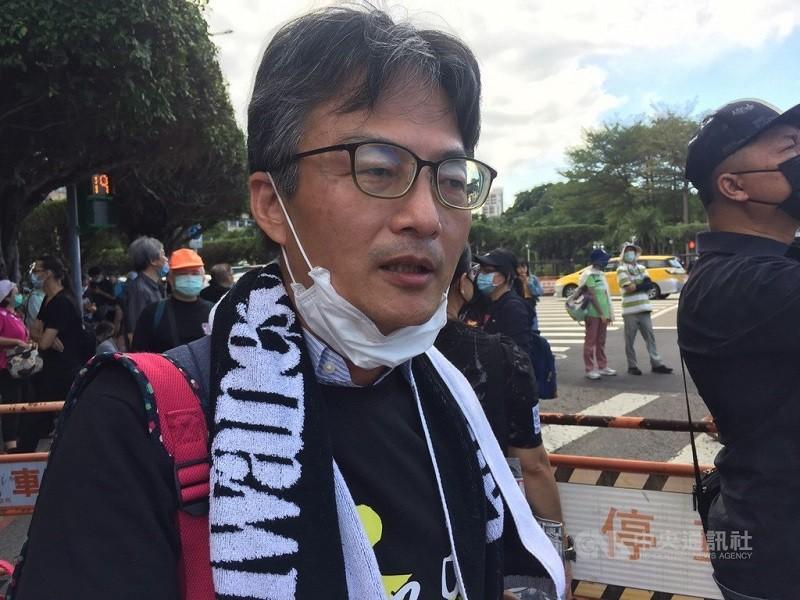 民間反瘦肉精美豬聯盟成員、醫師蘇偉碩(前)被警方通知25日到案說明。(中央社檔案照片)