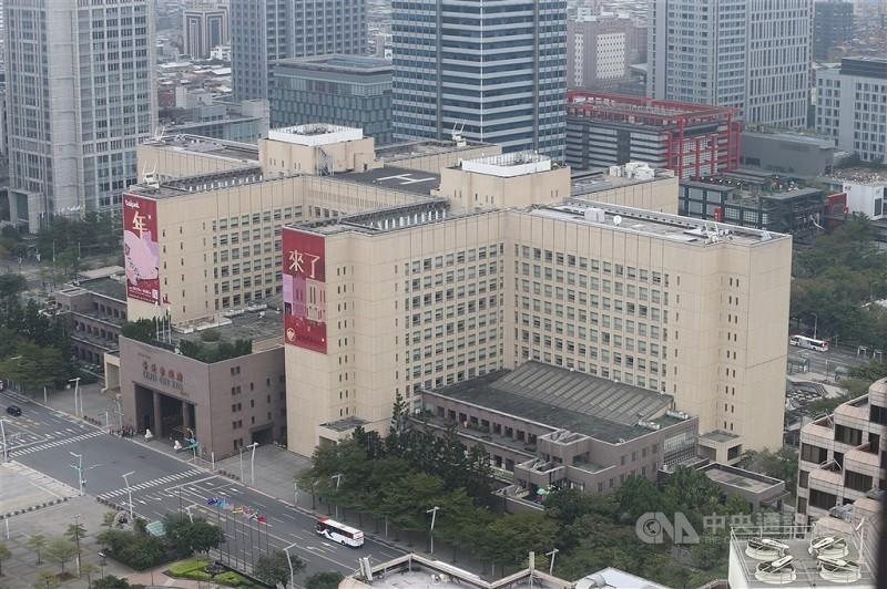 台北市府廣場南側附近公園18日驚傳有人輕生,圖為台北市政府大樓外觀。(圖/中央社檔案照片)