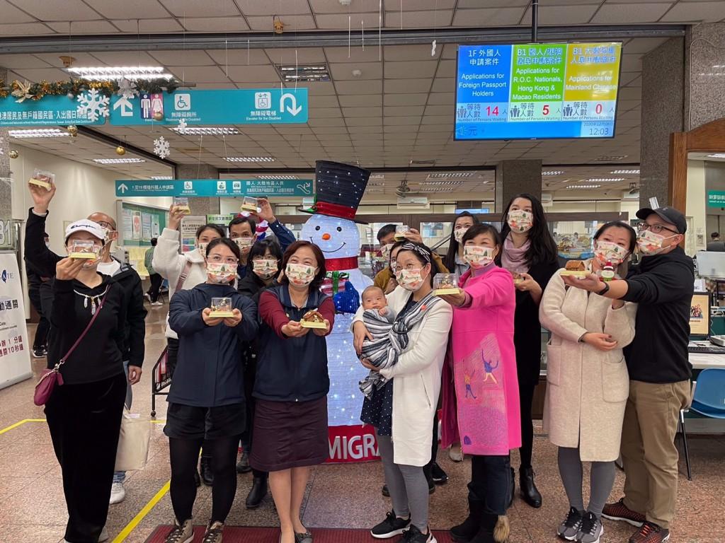 移民署與新住民搭薑餅屋一同提前慶祝耶誕節(前排左三為臺北市服務站主任蘇慧雯)(圖/移民署)