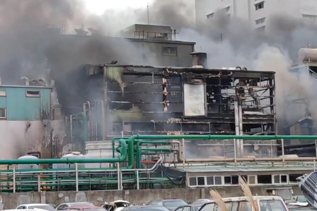 桃園蘆竹區海湖里的旭富製藥工廠20日中午發生火警。