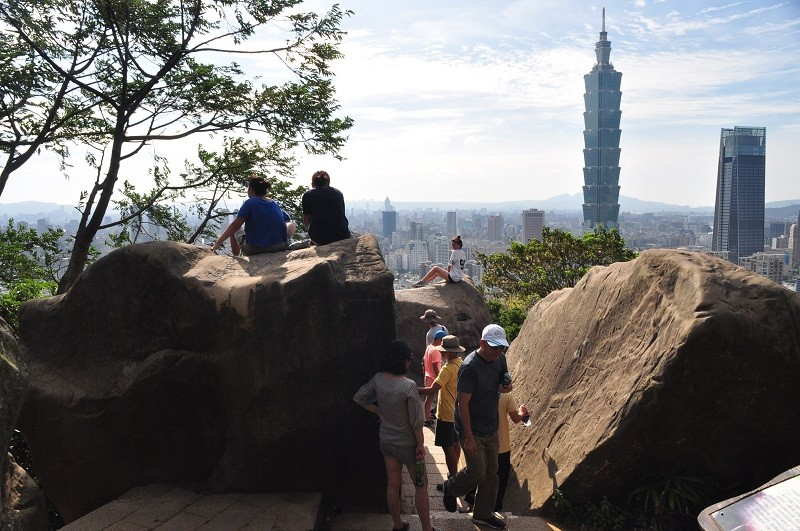 Hikers take in view of Taipei 101 from top of Xiangshan. (GEO photo)