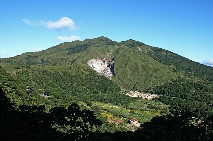 Mount Datun near Taipei is an active volcano (Wikicommons, peelldenphoto)