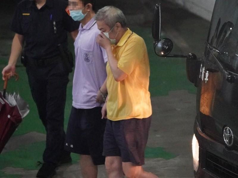 遠東航空公司董事長張綱維(右, 黃衣者)涉嫌掏空遠航, 台北地方法院9月3日開庭提訊他出庭。 中央社檔案照片