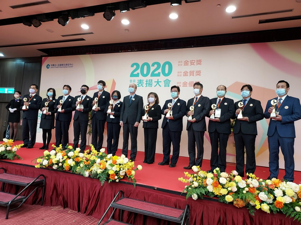 Financial Supervisory CommissionVice Chairperson Hsu Yung-chin (8th from left)is giving out awards to winners at Tuesday's ceremony in...