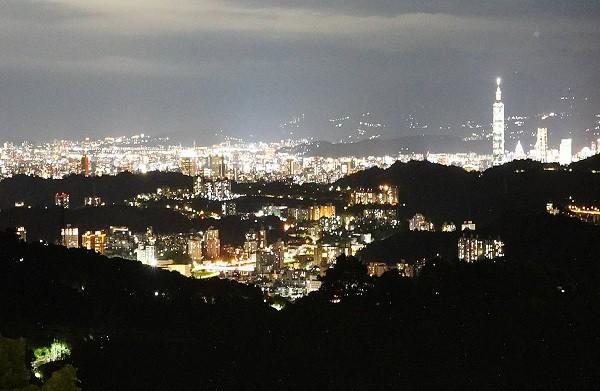 Taipei night viewfrom Taipei'sMaokong area (TRTC photo)