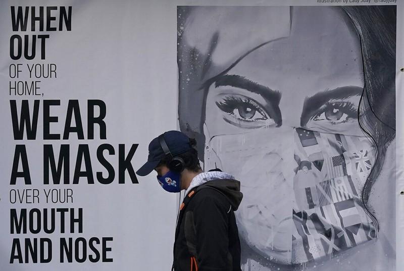 加州壁畫呼籲民眾戴口罩(圖/美聯社)