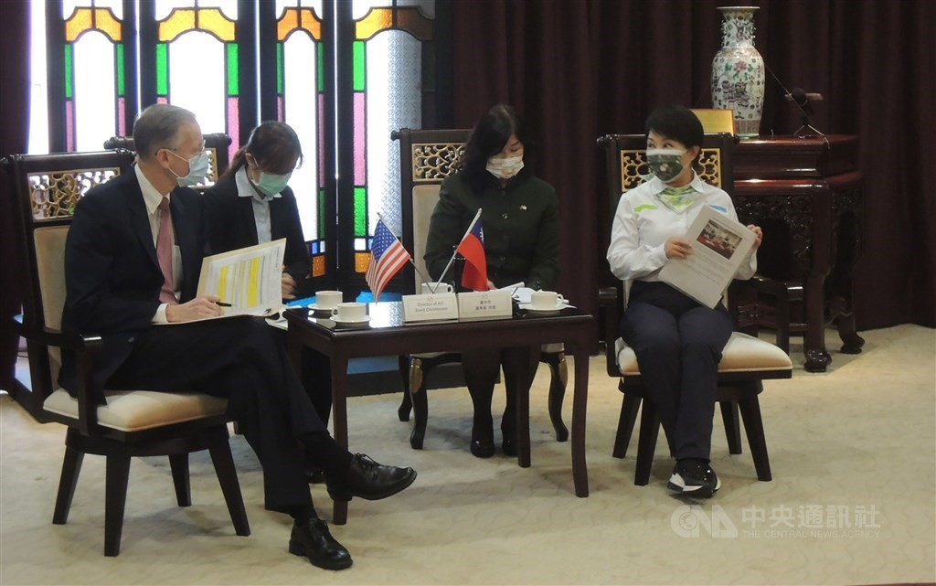 AIT Director Brent Christensen (first left) and Taichung Mayor Lu Shiow-yen (first right) during their Dec. 16 meeting