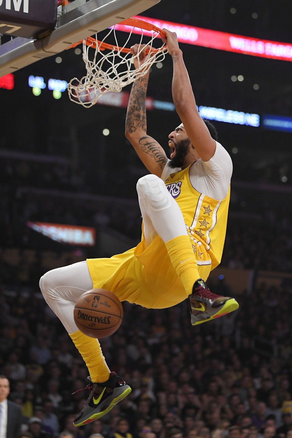 Los Angeles Lakers forward Anthony Davis dunks during the first half of the team's NBA basketball game against the New Orleans Pelicans on Friday, Jan...