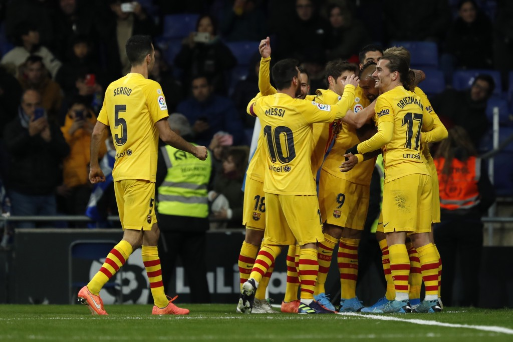 Barcelona's Arturo Vidal, second right, celebrates with his teammates after scoring his side's second goal during the Spanish La Liga soccer match bet...