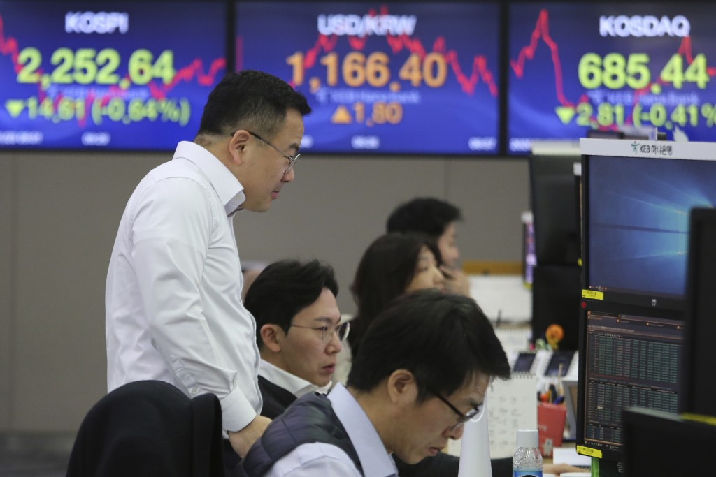 Currency traders watch monitors at the foreign exchange dealing room of the KEB Hana Bank headquarters in Seoul, South Korea, Thursday, Jan. 23, 2020....