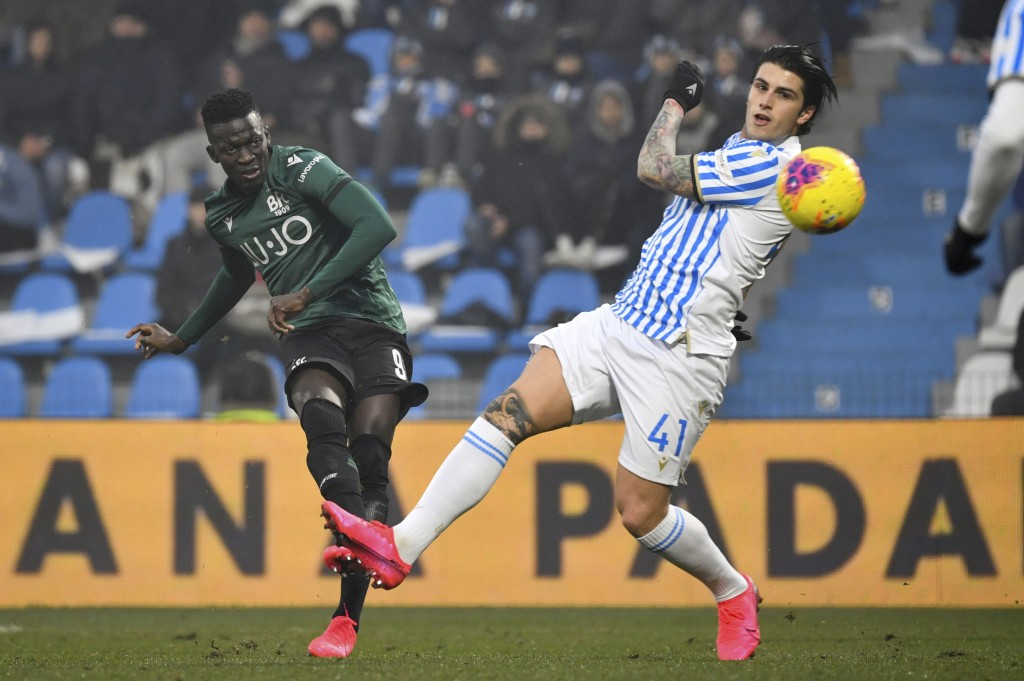 Bologna's Musa Barrow, left, scores his side's second goal during the Italian Serie A soccer match between Spal and Bologna at the Paolo Mazza stadium...