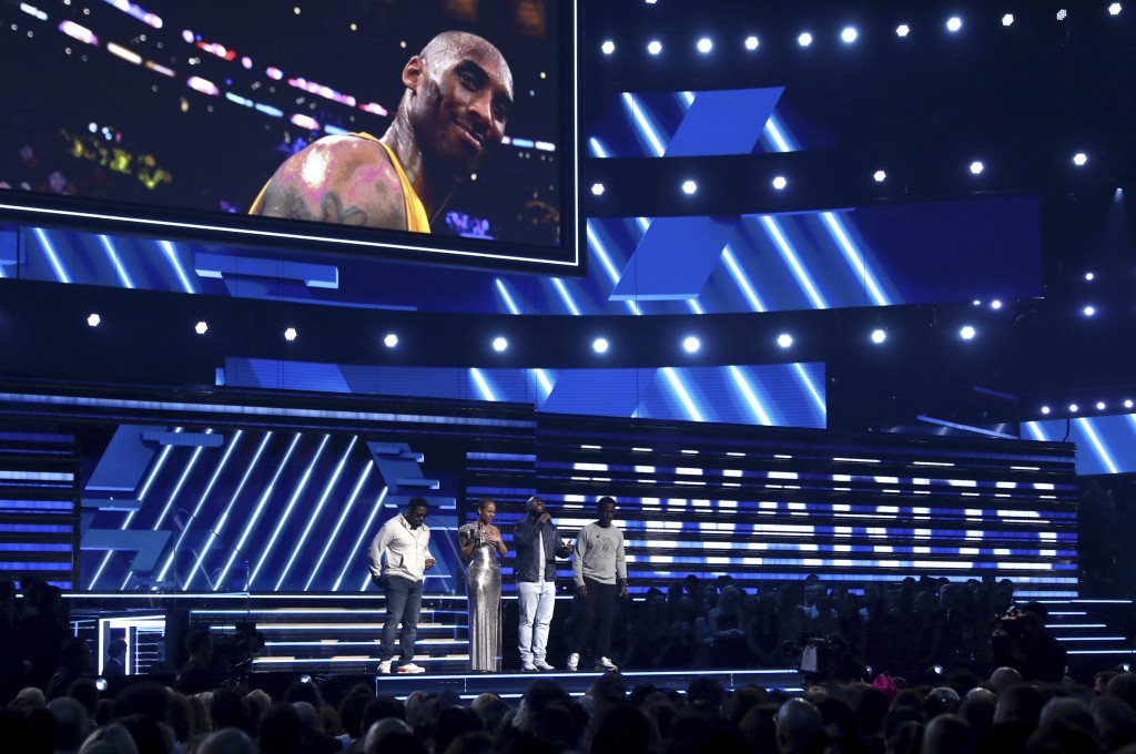 "Alicia Keys, second left, and members of Boys II Men, from left, Nathan Morris, Wanya Morris and Shawn Stockman, sing ""It's So Hard to Say Goodbye to ..."