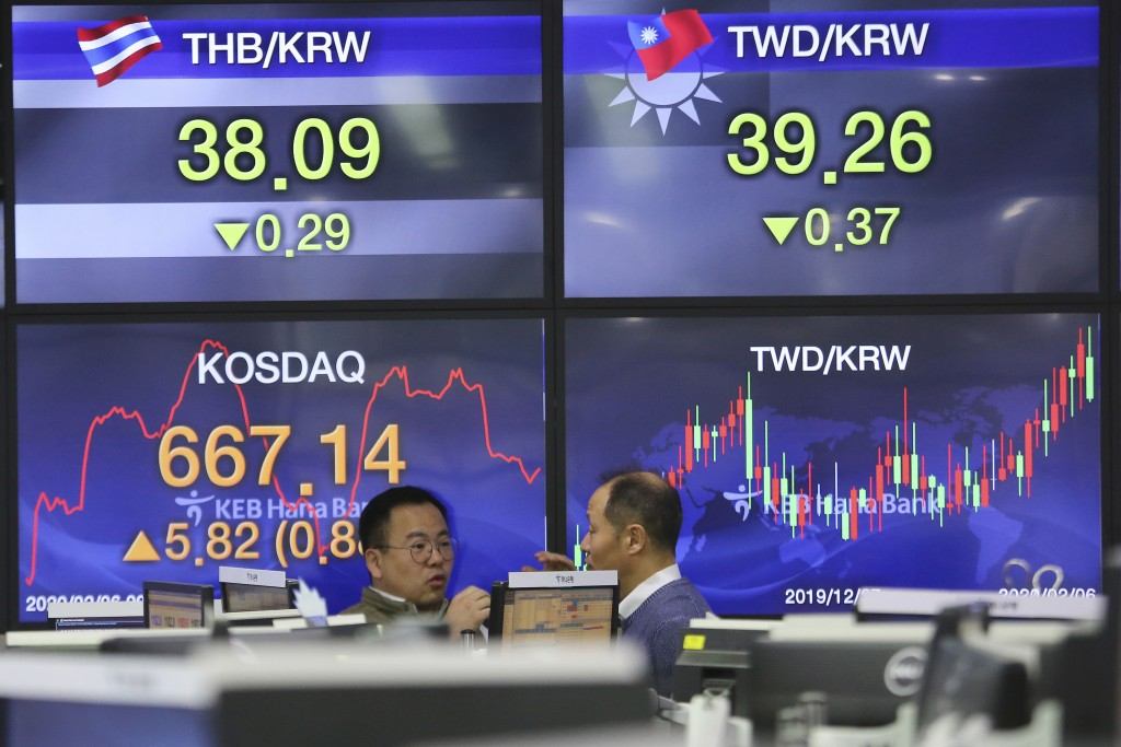 Currency traders work at the foreign exchange dealing room of the KEB Hana Bank headquarters in Seoul, South Korea, Thursday, Feb. 6, 2020. Asian stoc...