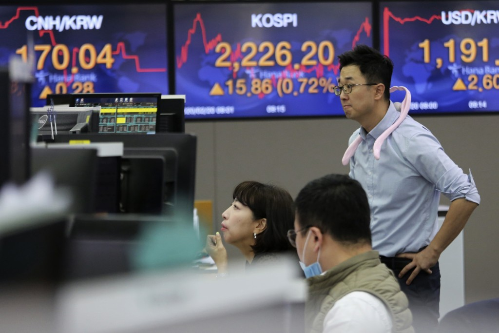 Currency traders watch monitors at the foreign exchange dealing room of the KEB Hana Bank headquarters in Seoul, South Korea, Thursday, Feb. 20, 2020....