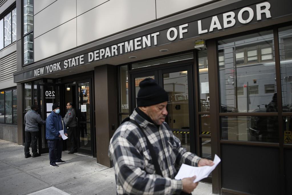 圖為3月中紐約疫情嚴峻公家機關暫停服務,民眾申請失業救濟金撲空。(AP Photo/John Minchillo)