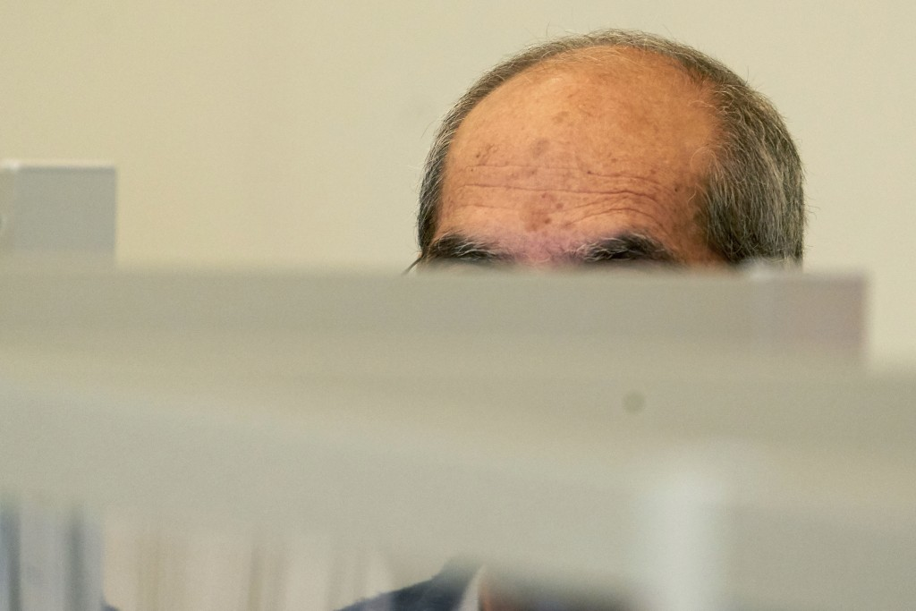 One of the defendants, Anwar R. (57), sits in the dock of the Higher Regional Court behind Corona protective screens, hiding his face under a hood in ...