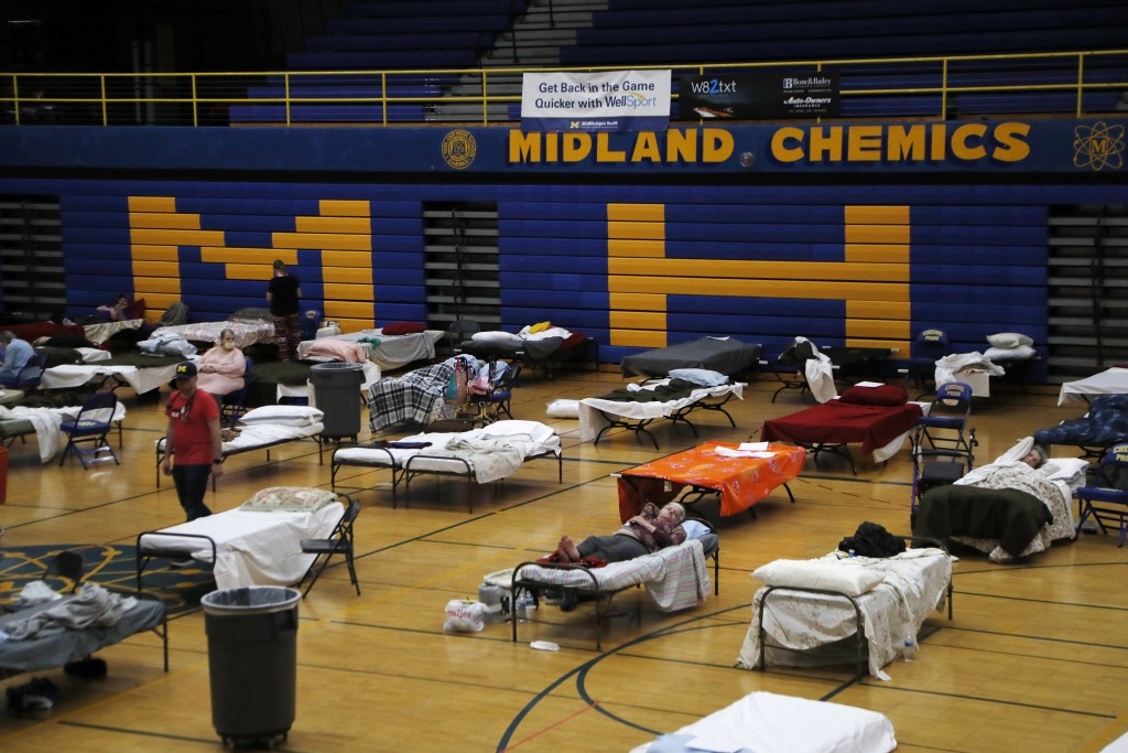 Volunteers assist evacuated Midland residents at a temporary shelter at Midland High School, Wednesday, May 20, 2020, in Midland, Mich. Floodwaters ha...