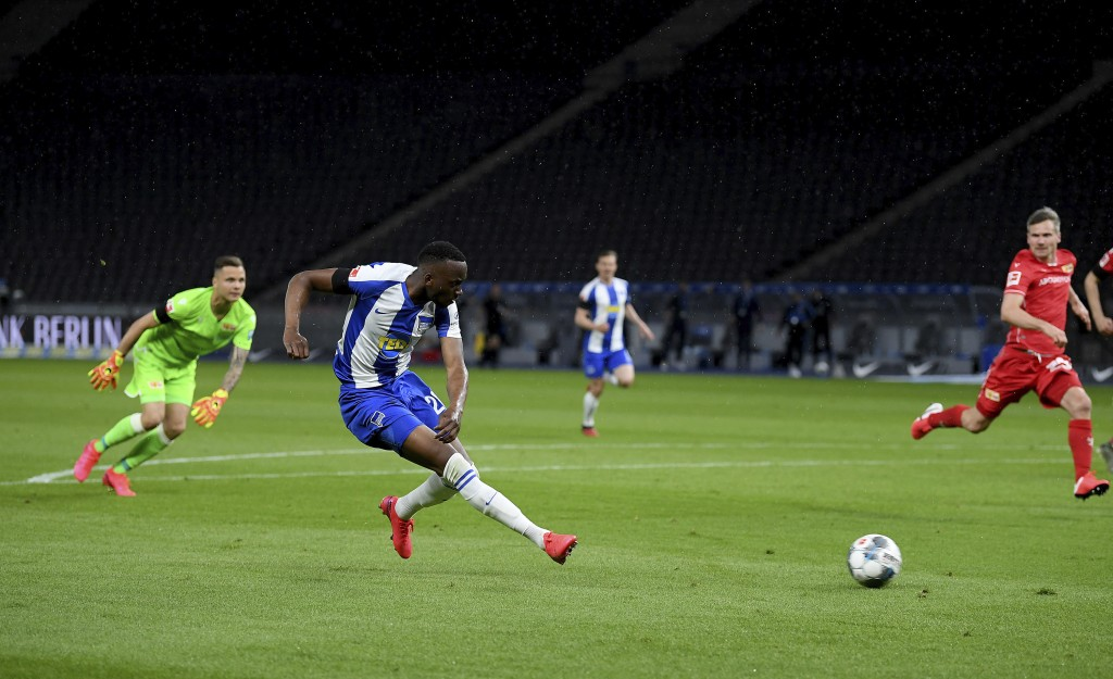Hertha's Dodi Lukébakio, front, scores his side's second goal during the German Bundesliga soccer match between Hertha BSC Berlin and 1. FC Union Berl...