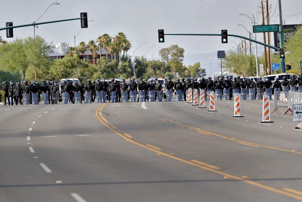 美國鳯鳯城警方6月23日對非法集會民眾進行喊話場面。(美聯社圖片)