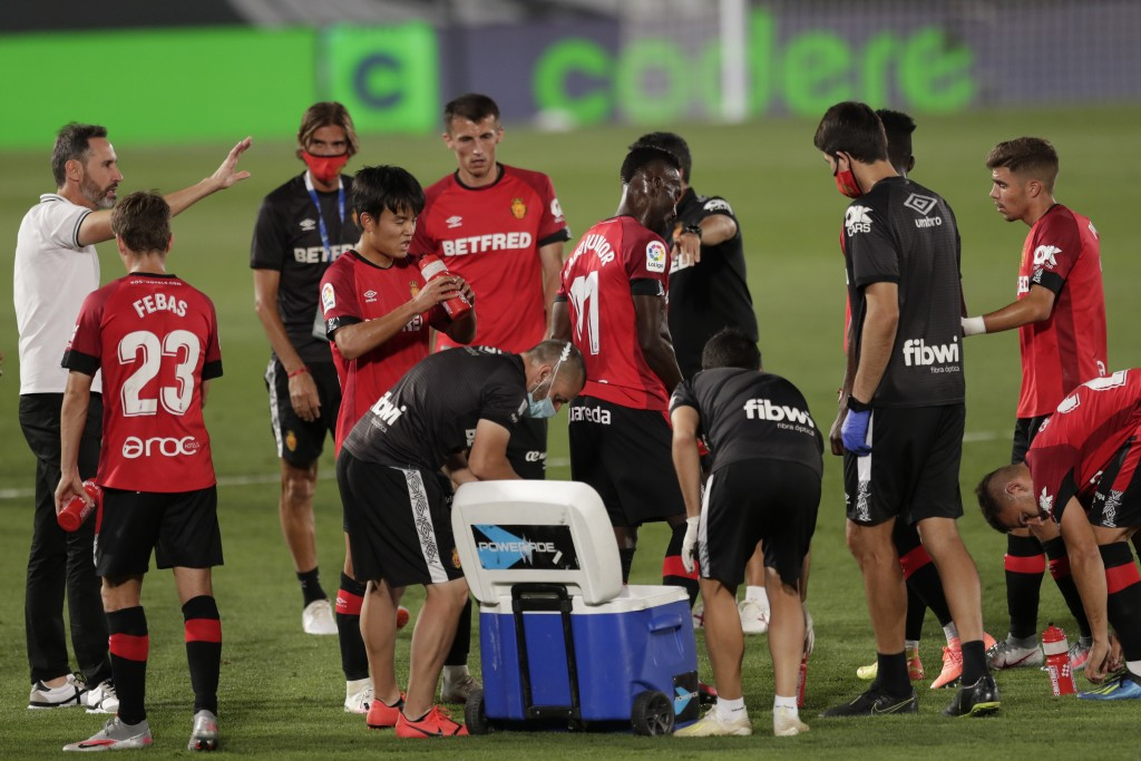 Mallorca's head coach Vicente Moreno, left, talks with his players during the Spanish La Liga soccer match between Real Madrid and Mallorca at Alfredo...