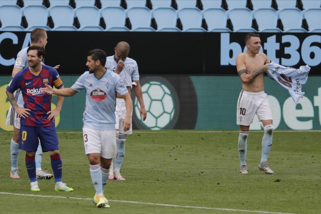 Celta Vigo's Iago Aspas, right, celebrates after scoring his side's second goal during a Spanish La Liga soccer match between RC Celta and Barcelona a...