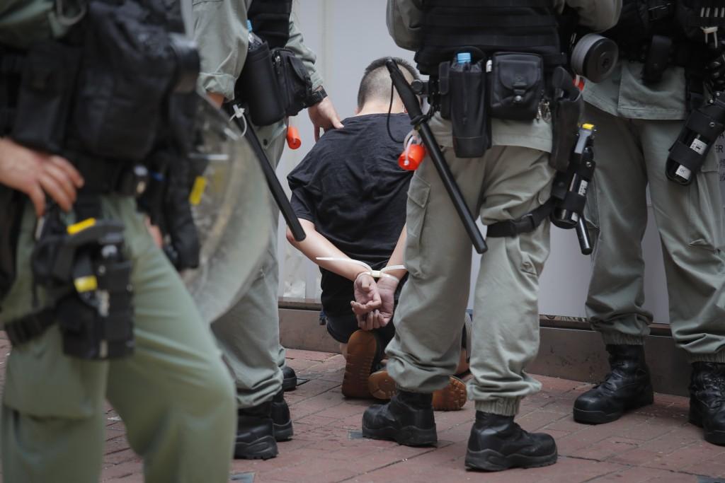 香港警方在香港國安法上路第一天,即逮捕上百名「可疑民眾」,理由包括持有台灣國旗或港獨旗幟。(美聯社圖片)