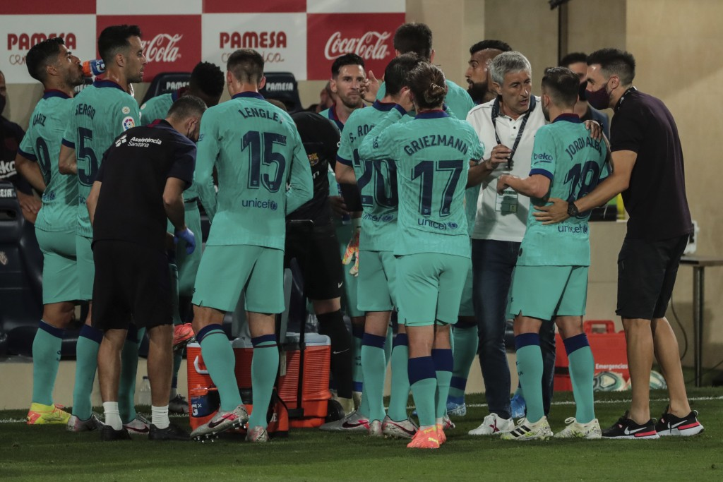 Barcelona's head coach Quique Setien, third right, talks to Barcelona's Jordi Alba in a drinks break during the Spanish La Liga soccer match between F...