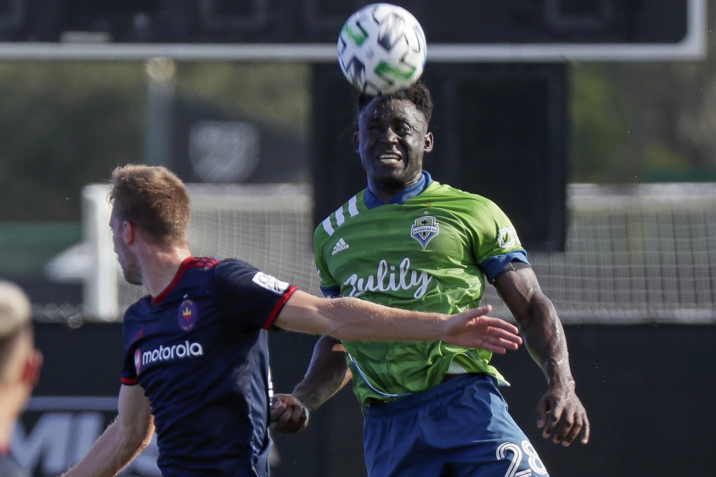 Chicago Fire forward Robert Beric, left, battles with Seattle Sounders defender Yeimar Gomez for possession of the ball during the first half of an ML...