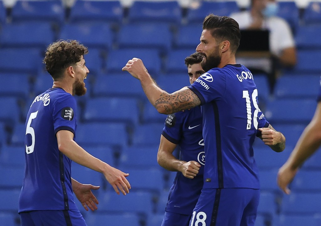 Chelsea's Olivier Giroud, right, is congratulated by teammates after scoring his team's first goal during the English Premier League soccer match betw...