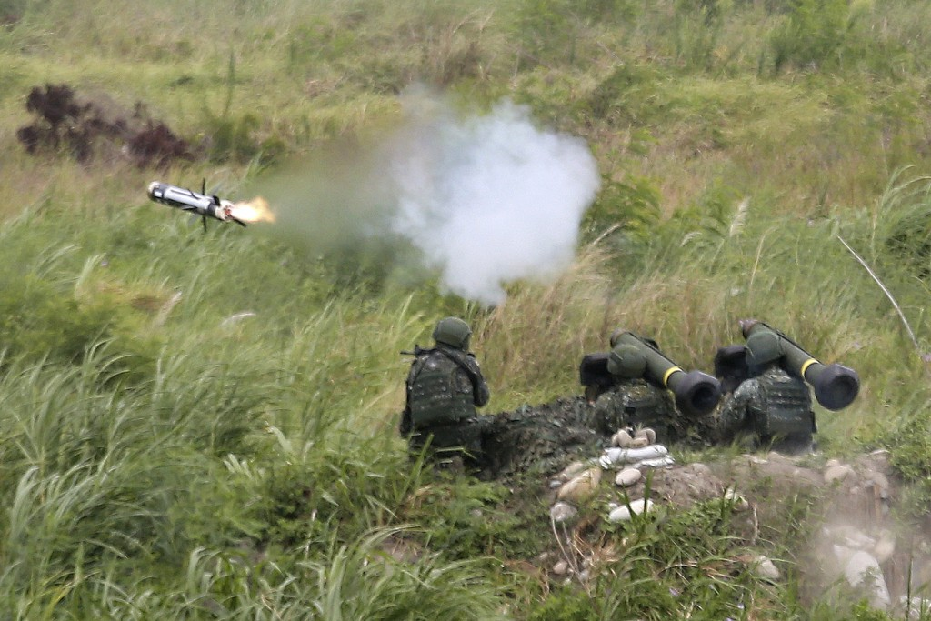 An FGM-148 Javelin anti-tank missile is fired during the 36th Han Kung military exercises in Taichung City, central Taiwan, Thursday, July 16, 2020. (...