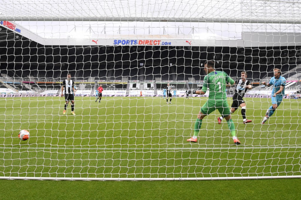 Tottenham's Harry Kane, right, scores his side's second goal during the English Premier League soccer match between Newcastle United and Tottenham Hot...