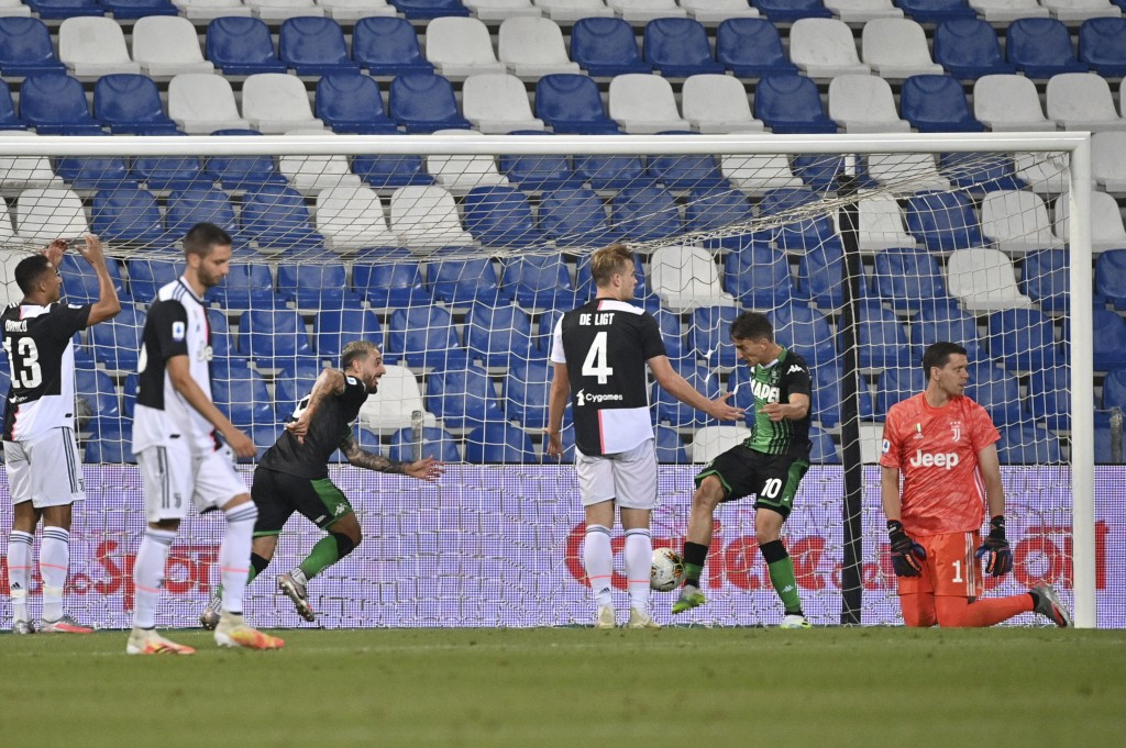 Sassuolo's Francesco Caputo, third from left, celebrates after scoring a goal during a Serie A soccer match between Sassuolo and Juventus at the Mapei...
