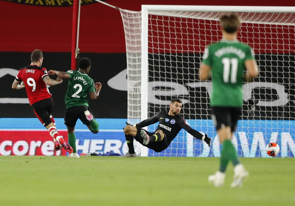 Southampton's Danny Ings, left, scores his team,'s first goal during the English Premier League soccer match between Southampton and Brighton at St. M...