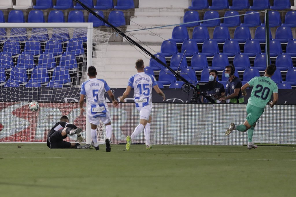 Real Madrid's Marco Asensio, right scores during the Spanish La Liga soccer match between Leganes and Real Madrid at the Butarque Stadium in Leganes, ...