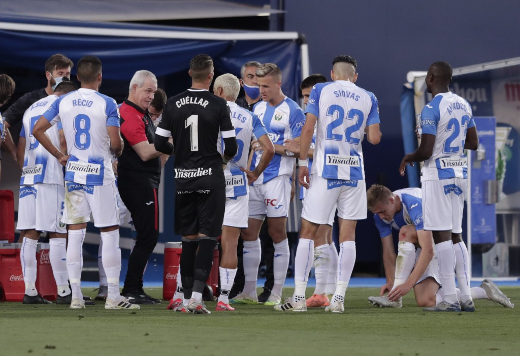 Leganes' head coach Javier Aguirre, 3rd left, talks to his players at break during the Spanish La Liga soccer match between Leganes and Real Madrid at...