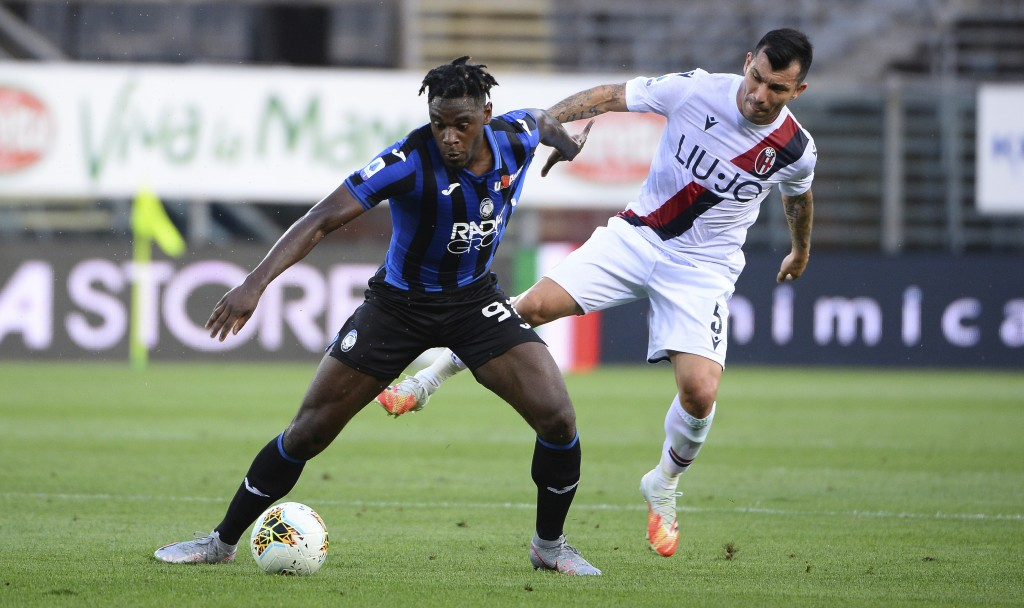 Bologna's Gary Medel, right, and Atalanta's Duván Zapata vie for the ball during the Italian Serie A soccer match between Atalanta and Bologna, at the...