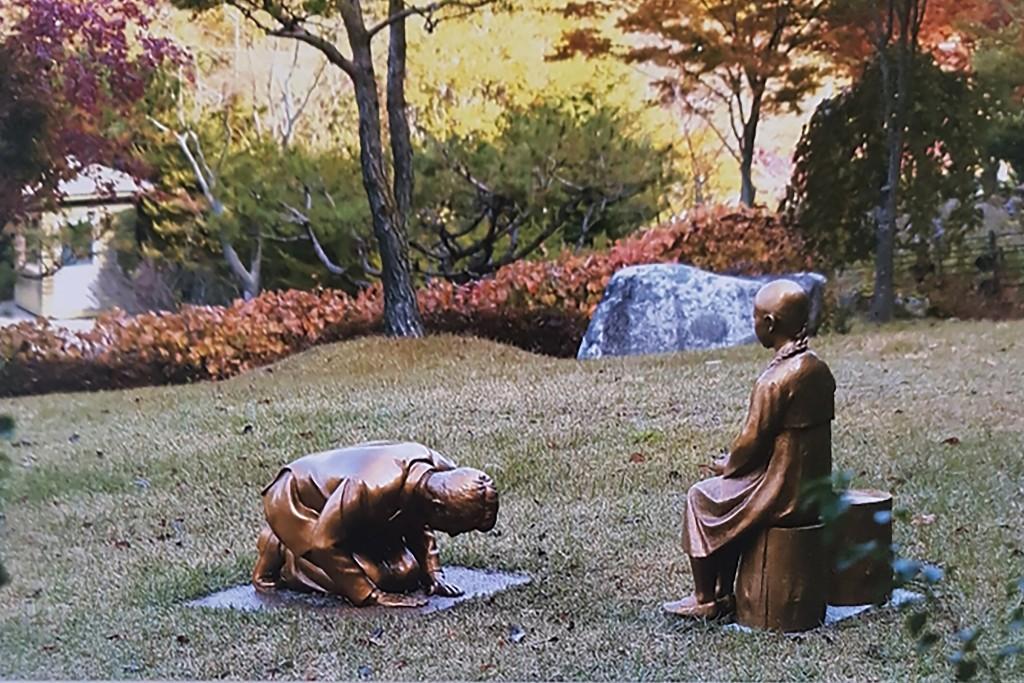 南韓植物園爭議雕像,疑影射安倍晉三向慰安婦少女下跪(圖/美聯社)