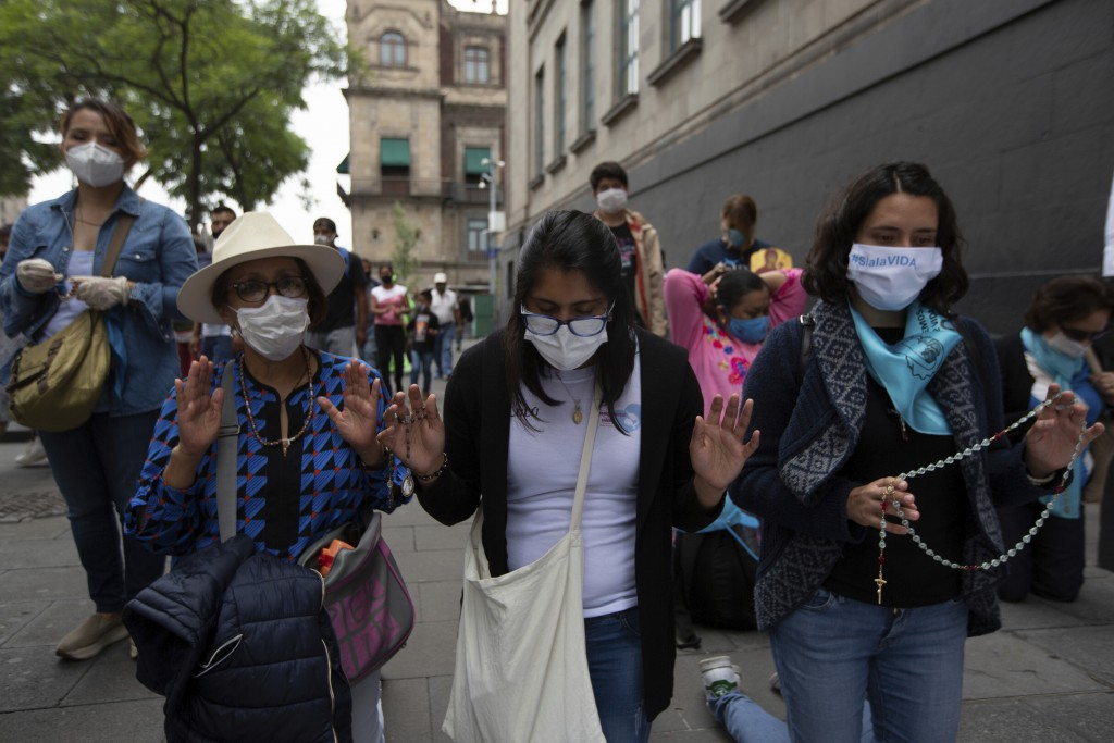 Activists against abortion pray outside the Supreme Court to celebrate the court's decision against an injunction in Veracruz state that aimed to decr...
