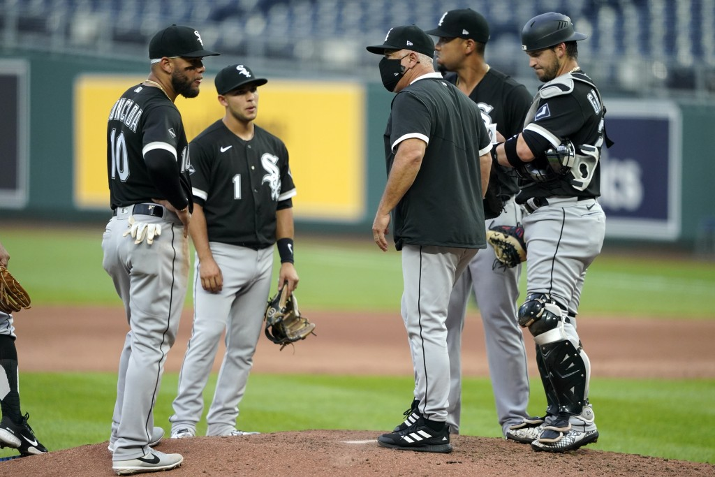 Chicago White Sox manager Rick Renteria talks to his players during a pitching change in the fourth inning of the team's baseball game against the Kan...