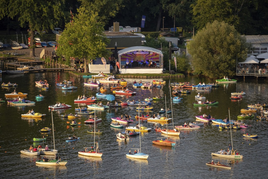 The Staatsphilharmonie plays a concert on the lake stage on the Gro'er Dutzendteich in front of spectators who watch the concert on their own boats, S...