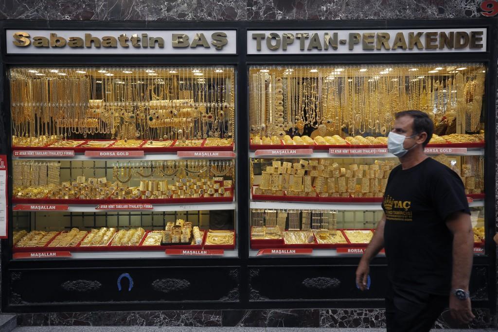 民眾戴上口罩經過伊斯坦堡一家金飾店(美聯社圖片)