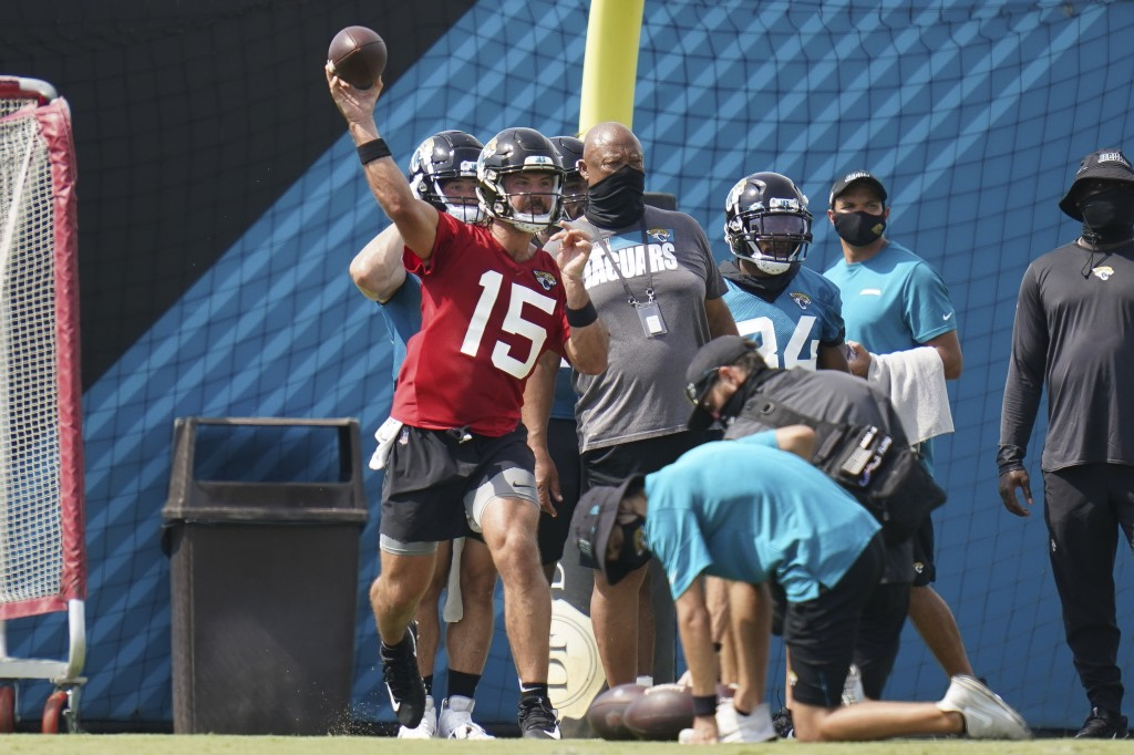 Jacksonville Jaguars quarterback Gardner Minshew II (15) throws a pass during an NFL football workout, Wednesday, Aug. 12, 2020, in Jacksonville, Fla....