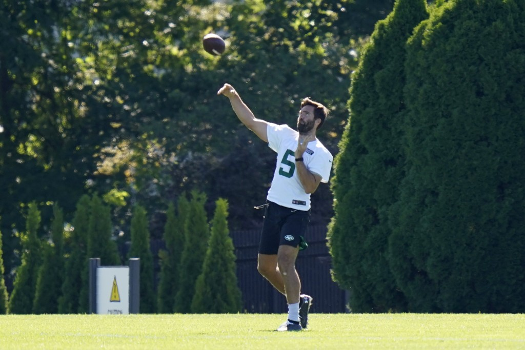 New York Jets quarterback Joe Flacco throws during practice at the NFL football team's training camp in Florham Park, N.J., Thursday, Aug. 20, 2020. (...