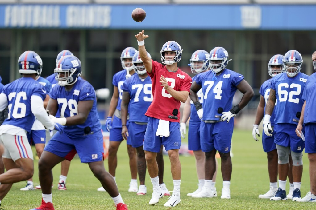 New York Giants quarterback Daniel Jones, center, throws a pass during practice at the NFL football team's training camp in East Rutherford, N.J., Wed...