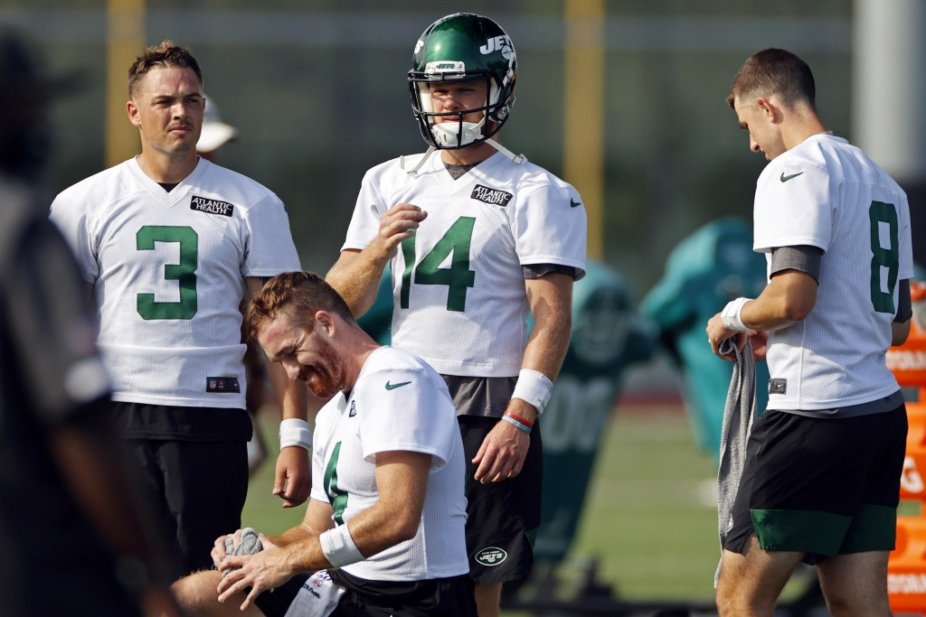 New York Jets quarterbacks Sam Darnold (14), David Fales (3), James Morgan (4) and Mike White (8) practices drills during a practice at the NFL footba...
